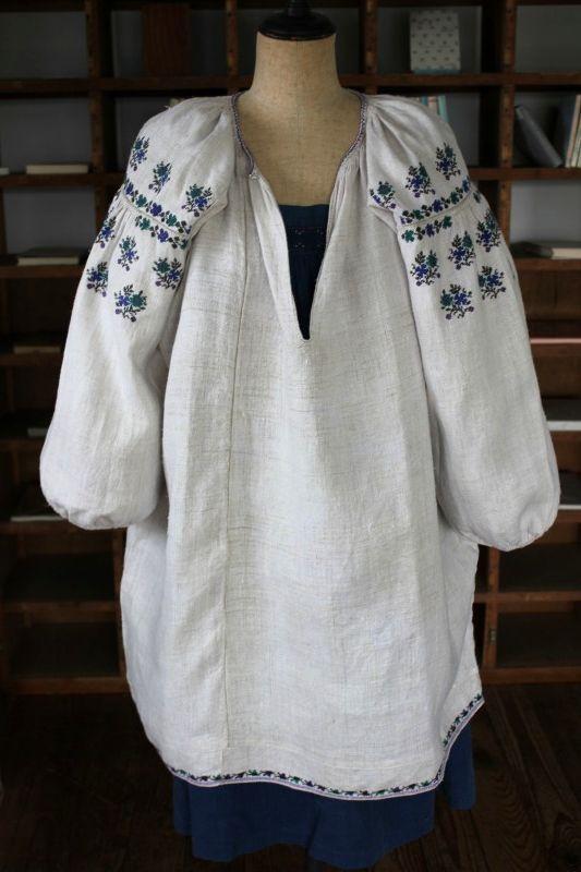ウクライナ刺繍ワンピース 青と緑と紫色の小さなお花刺繍