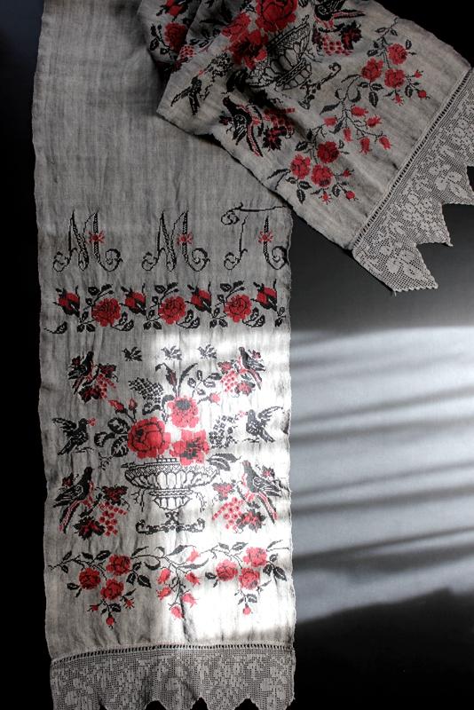ウクライナ刺繍アンティークリネン ストール 煤染め鳥と薔薇とモノグラム刺繍