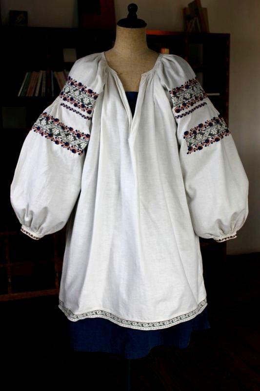 ウクライナ刺繍ワンピース スモーキーピンクとネイビー実の刺繍