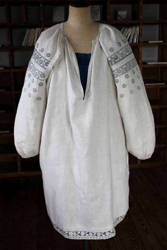ウクライナ刺繍ワンピース グレーの伝統刺繍と美しい裾の白抜き薔薇刺繍