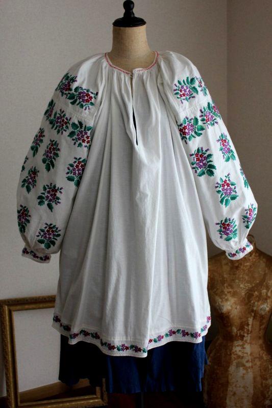 ウクライナ刺繍ワンピース 袖びっしり緻密なパープルお花刺繍