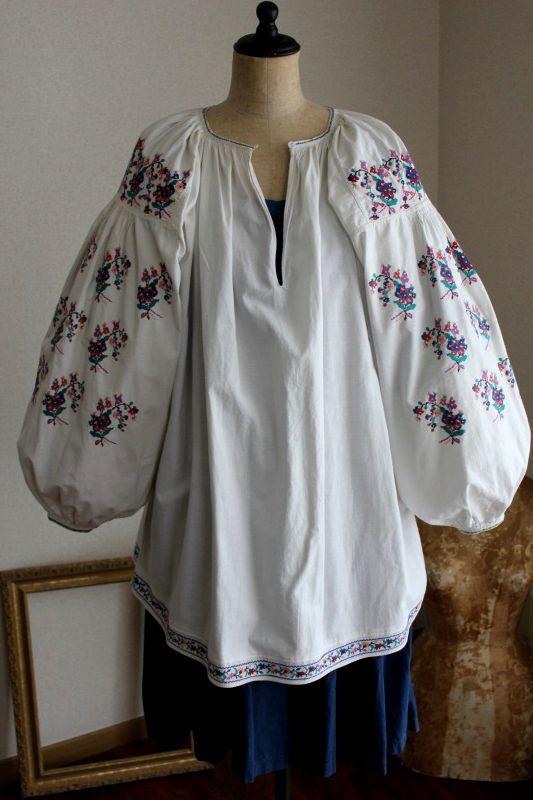 ウクライナ刺繍ワンピース ノスタルジックな色合いお花ブーケ刺繍