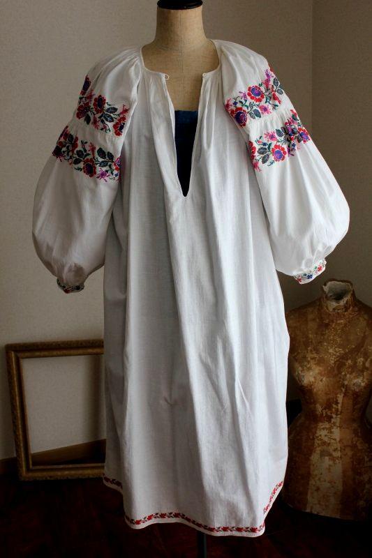 ウクライナ刺繍ワンピース 赤と青大きめ薔薇の刺繍