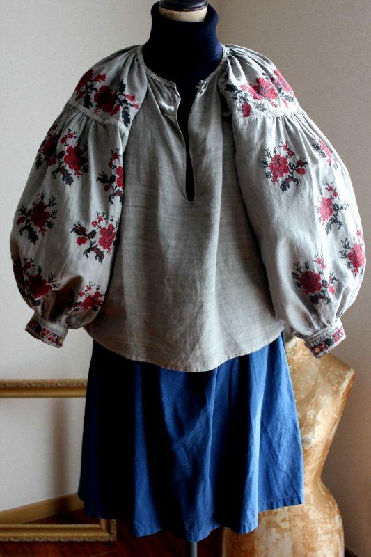 ウクライナ刺繍ワンピース煤染めグレー色豪華ばら刺繍とピンタック