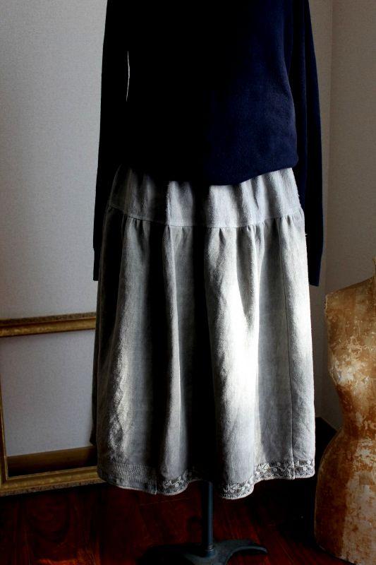 ウクライナ刺繍スカート 煤染めグレー色の上質アンティークリネン地と裾の刺繍